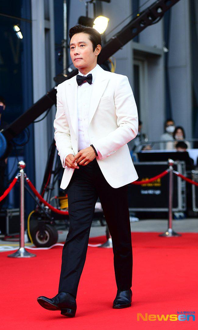 Park Bom gây sốc khuôn mặt méo mó đến lạ, hút hết truyền thông trước dàn diễn viên đình đám ở thảm đỏ Oscars Hàn Quốc - ảnh 14