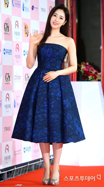 Park Bom gây sốc khuôn mặt méo mó đến lạ, hút hết truyền thông trước dàn diễn viên đình đám ở thảm đỏ Oscars Hàn Quốc - ảnh 7
