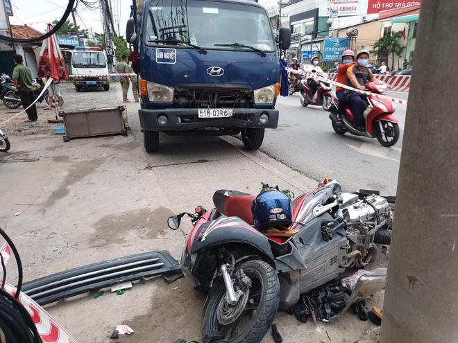 Dừng đèn đỏ, người đàn ông bị xe tải mất lái tông chết trên quốc lộ 13 - ảnh 1