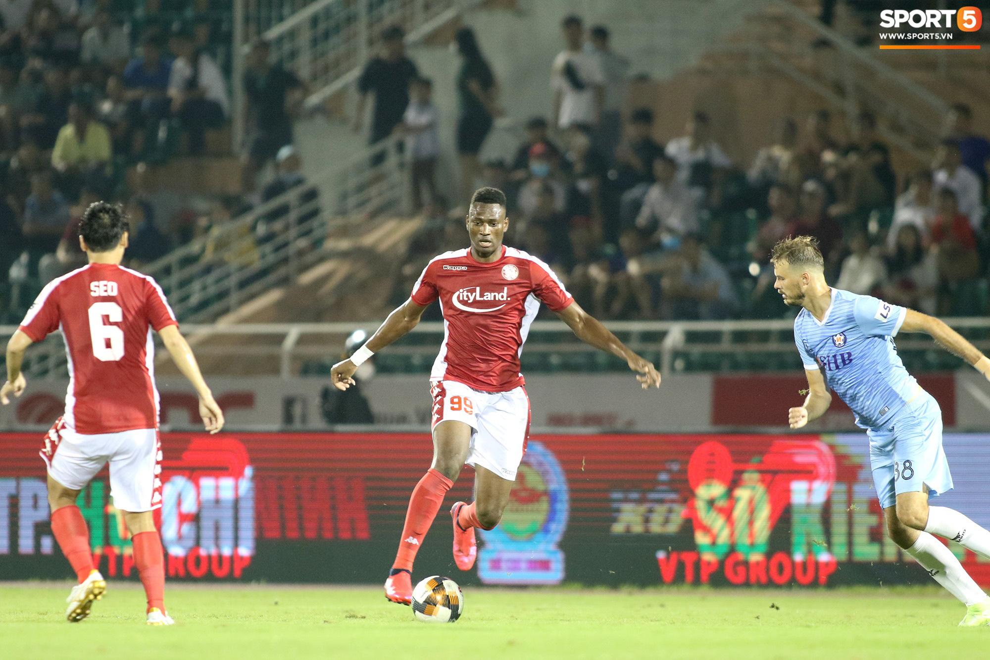 Thót tim với tình huống cựu tuyển thủ U23 Việt Nam nằm gục xuống sân ngay khi được thay ra - Ảnh 9.