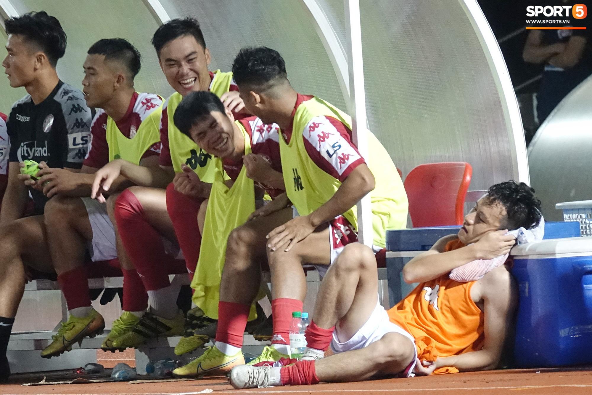 Thót tim với tình huống cựu tuyển thủ U23 Việt Nam nằm gục xuống sân ngay khi được thay ra - Ảnh 4.