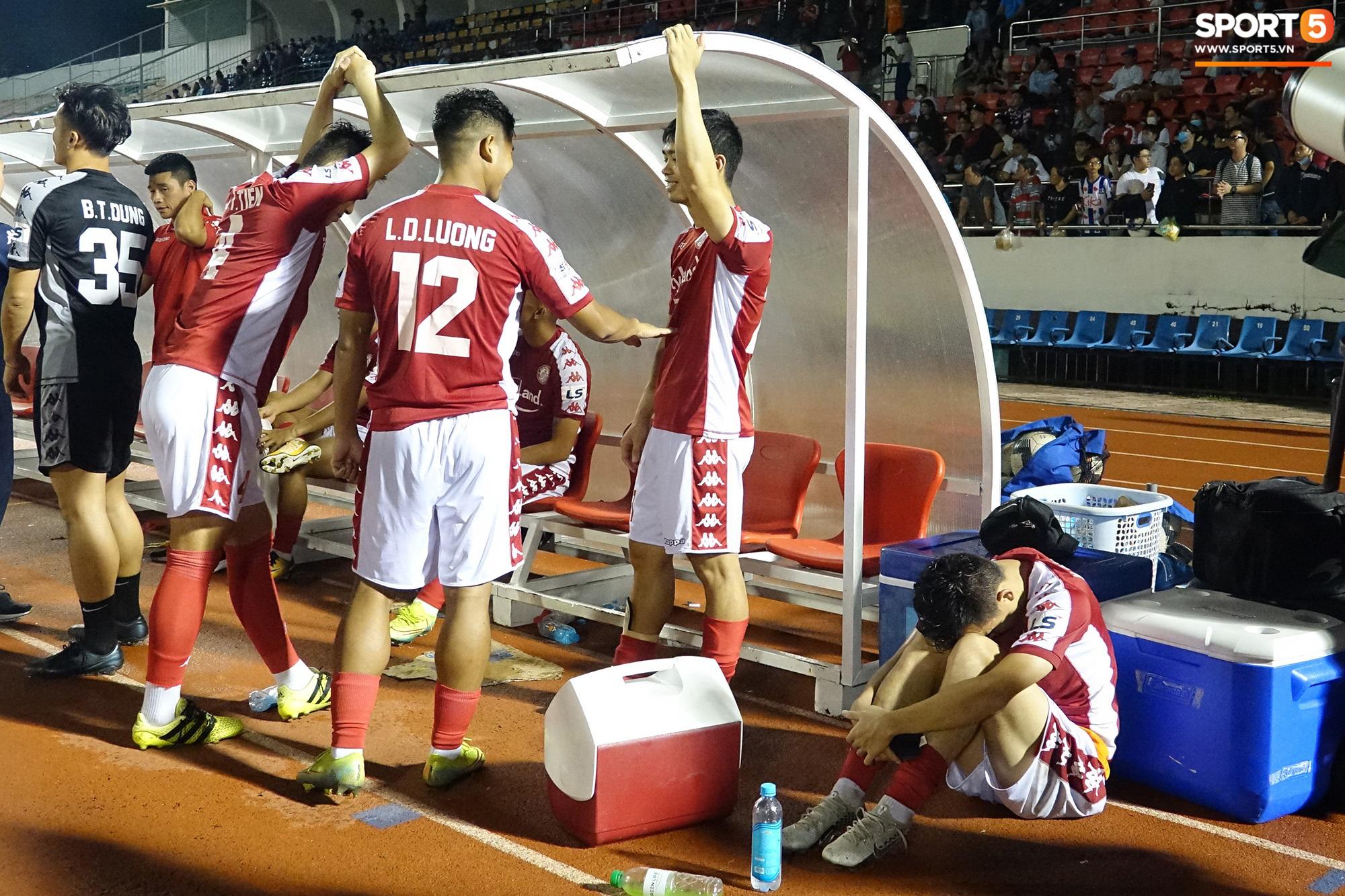 Thót tim với tình huống cựu tuyển thủ U23 Việt Nam nằm gục xuống sân ngay khi được thay ra - Ảnh 8.
