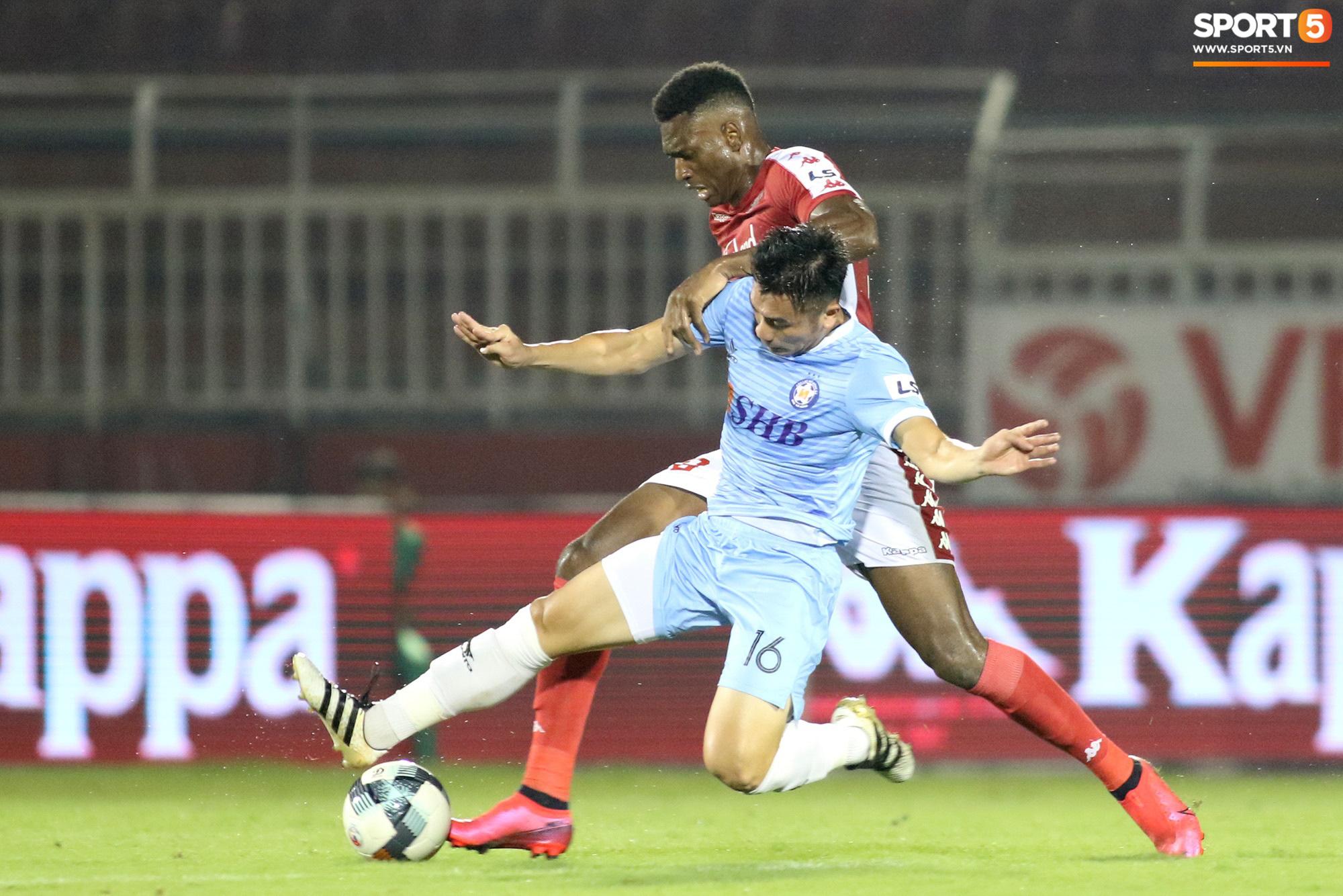 Thót tim với tình huống cựu tuyển thủ U23 Việt Nam nằm gục xuống sân ngay khi được thay ra - Ảnh 10.