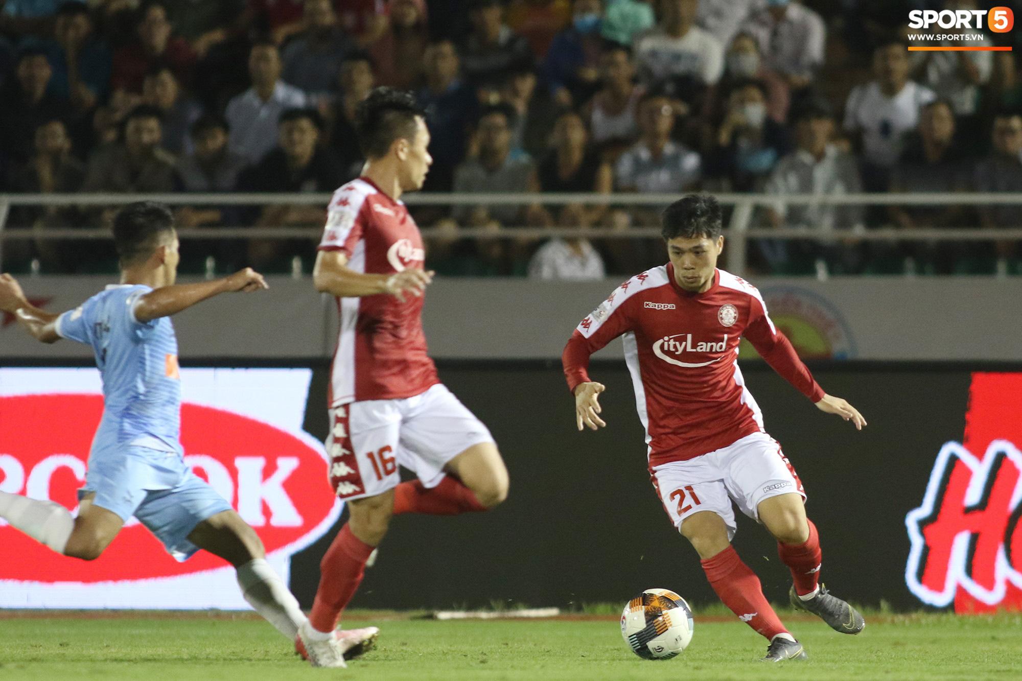 Thót tim với tình huống cựu tuyển thủ U23 Việt Nam nằm gục xuống sân ngay khi được thay ra - Ảnh 5.