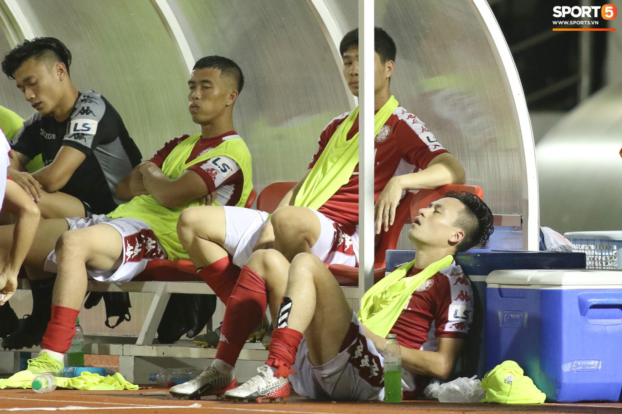Thót tim với tình huống cựu tuyển thủ U23 Việt Nam nằm gục xuống sân ngay khi được thay ra - Ảnh 6.