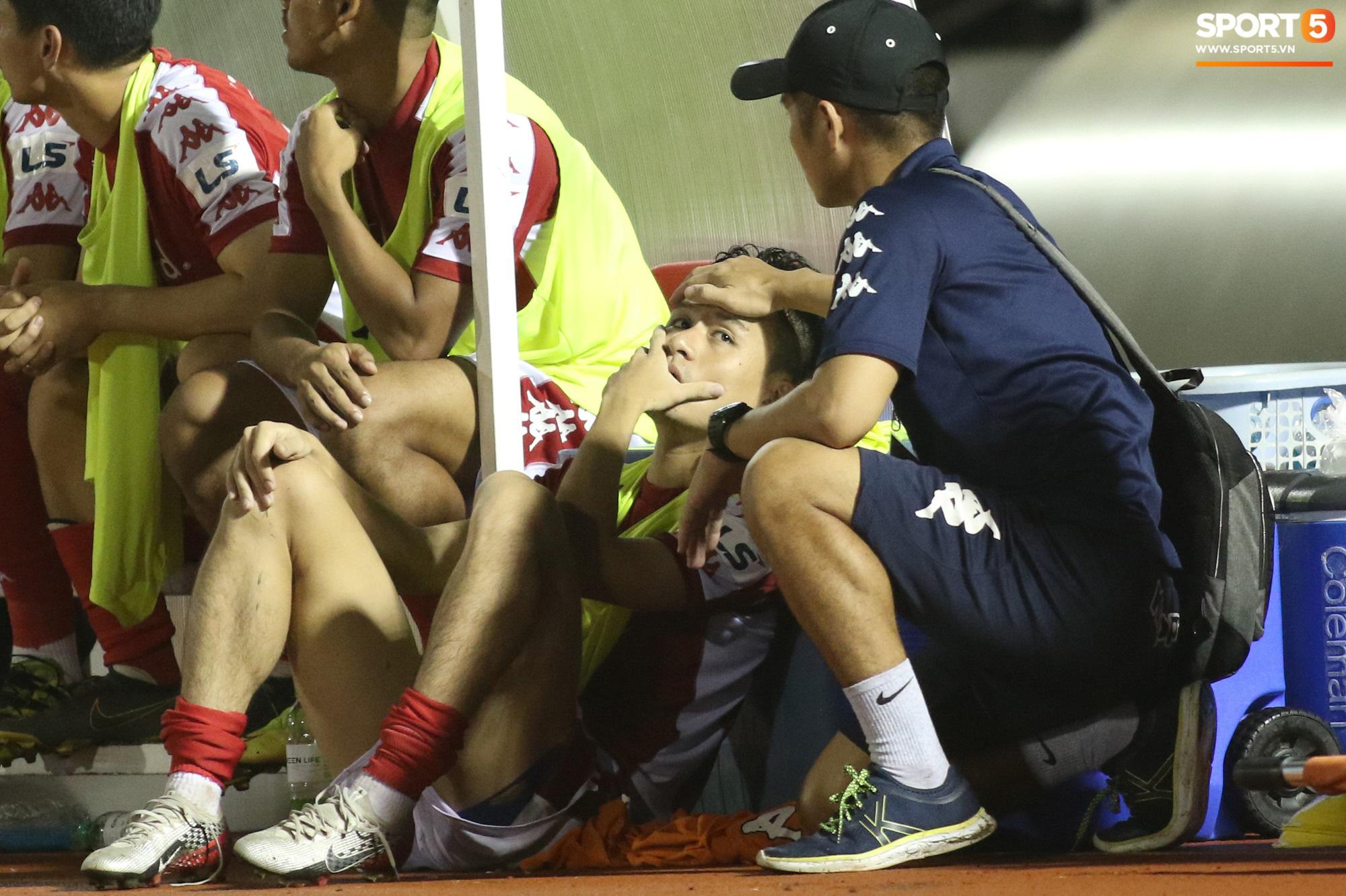 Thót tim với tình huống cựu tuyển thủ U23 Việt Nam nằm gục xuống sân ngay khi được thay ra - Ảnh 3.