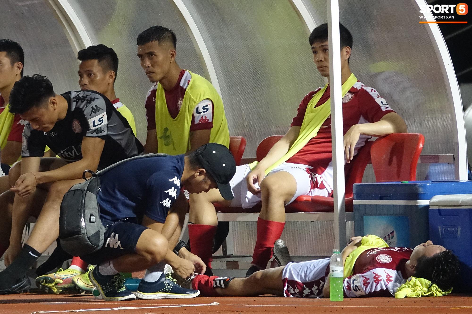 Thót tim với tình huống cựu tuyển thủ U23 Việt Nam nằm gục xuống sân ngay khi được thay ra - Ảnh 2.