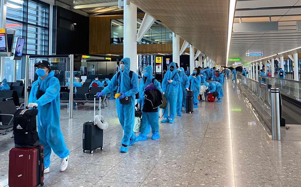 Tiếp tục đón hơn 340 công dân Việt Nam từ Anh về nước