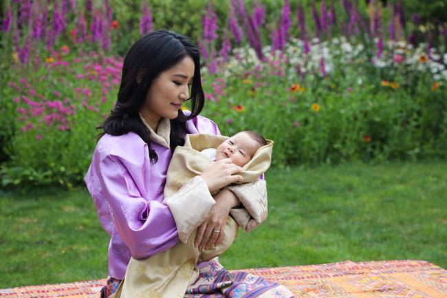 Hoàng hậu vạn người mê Bhutan đón tuổi mới chỉ bằng một tấm hình nhưng cũng đủ khiến hàng triệu người xốn xang vì quá hoàn mỹ - ảnh 2