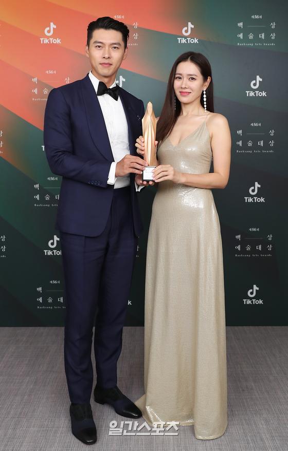 Khoảnh khắc được mong chờ nhất Baeksang: Son Ye Jin và Hyun Bin lần đầu cùng xuất hiện thân mật sau tin đồn hẹn hò - ảnh 1