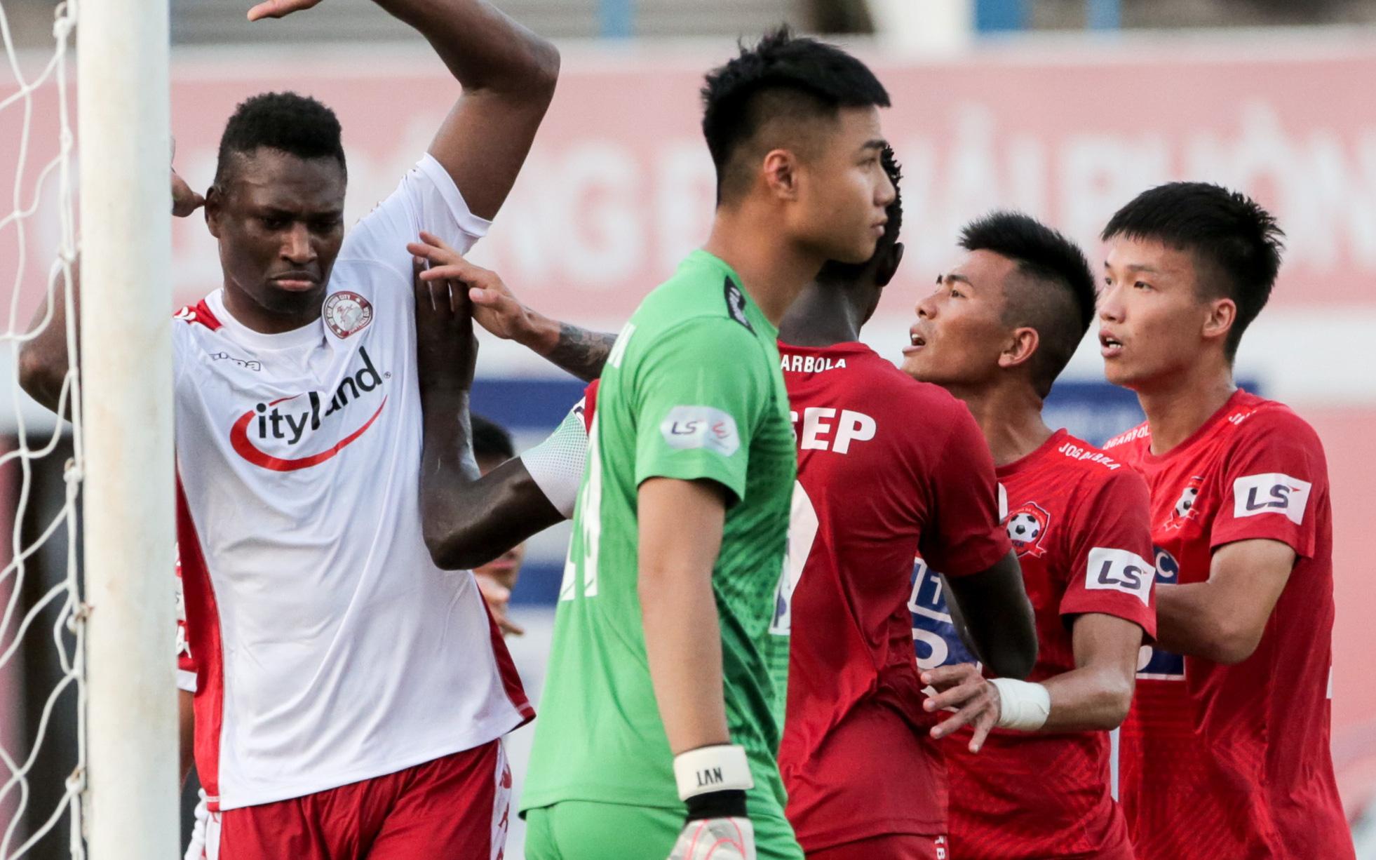 Cựu tuyển thủ Việt Nam xui học trò gây áp lực với trọng tài để đối thủ nhận thẻ phạt