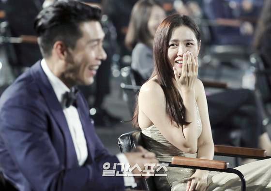 Khoảnh khắc được mong chờ nhất Baeksang: Son Ye Jin và Hyun Bin lần đầu cùng xuất hiện thân mật sau tin đồn hẹn hò - ảnh 5