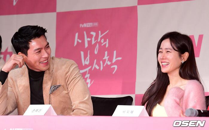 """""""Đào"""" lại khoảnh khắc Hyun Bin - Son Ye Jin ở họp báo ''Hạ cánh nơi anh'': Lên tiếng về chuyện hẹn hò, đạo diễn còn ship nhiệt tình!"""