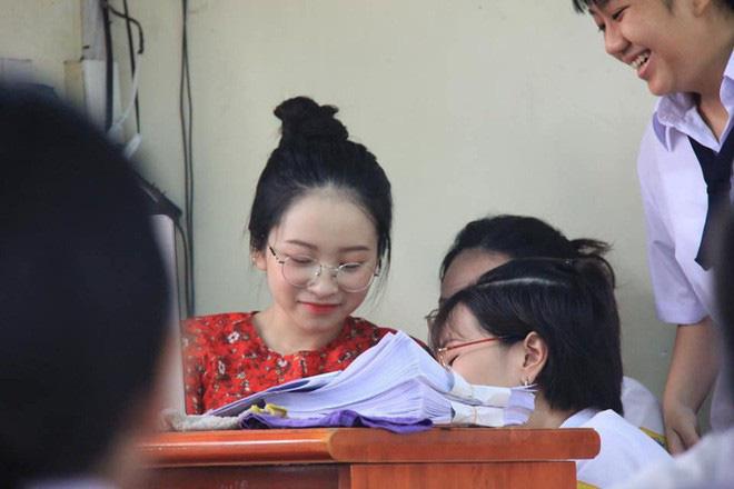 Những nữ giáo viên hội tụ đủ combo xinh xắn và giỏi giang khiến học trò nóng nực đến mấy cũng nhất quyết không trốn học - ảnh 10
