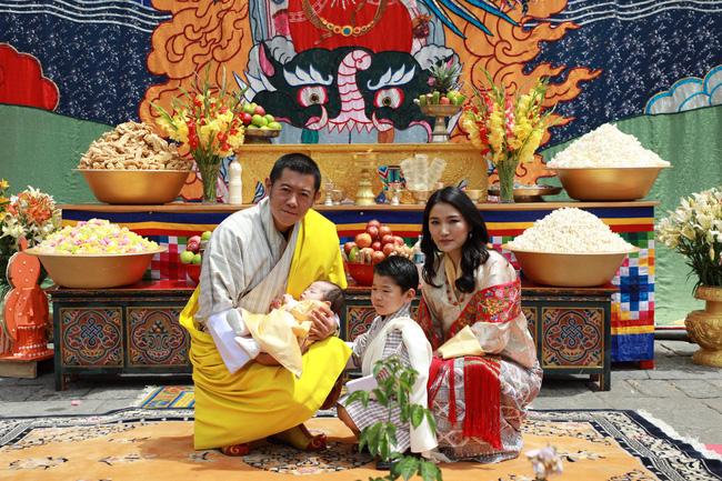 Vợ chồng Hoàng hậu vạn người mê Bhutan chính thức công bố tên con trai thứ 2 và loạt ảnh hiện tại của đứa trẻ khiến dân mạng xuýt xoa - ảnh 1