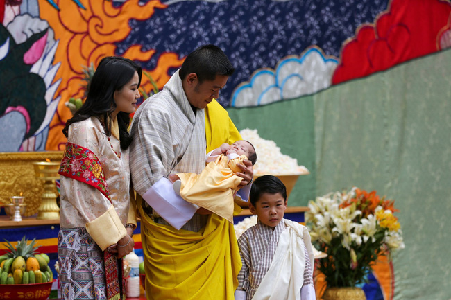 Vợ chồng Hoàng hậu vạn người mê Bhutan chính thức công bố tên con trai thứ 2 và loạt ảnh hiện tại của đứa trẻ khiến dân mạng xuýt xoa - ảnh 2