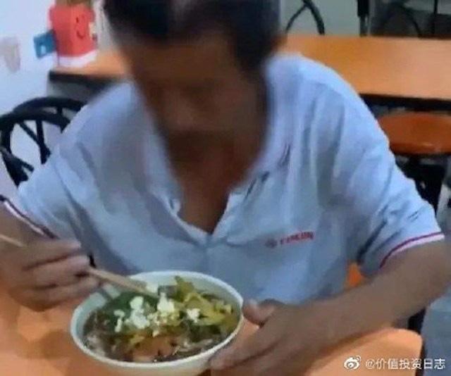 Phải đi bộ 950 km vì bị cấm lên xe buýt do không có smartphone ở Trung Quốc - ảnh 1