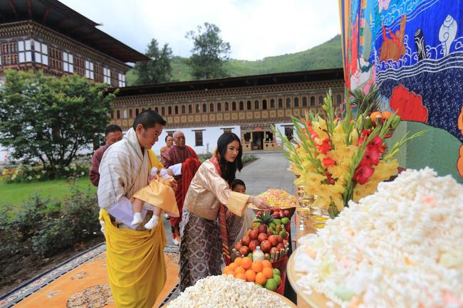 Vợ chồng Hoàng hậu vạn người mê Bhutan chính thức công bố tên con trai thứ 2 và loạt ảnh hiện tại của đứa trẻ khiến dân mạng xuýt xoa - ảnh 3