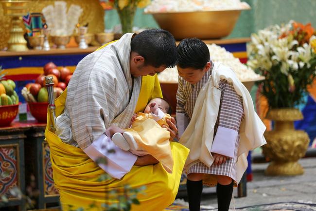 Vợ chồng Hoàng hậu vạn người mê Bhutan chính thức công bố tên con trai thứ 2 và loạt ảnh hiện tại của đứa trẻ khiến dân mạng xuýt xoa - ảnh 4