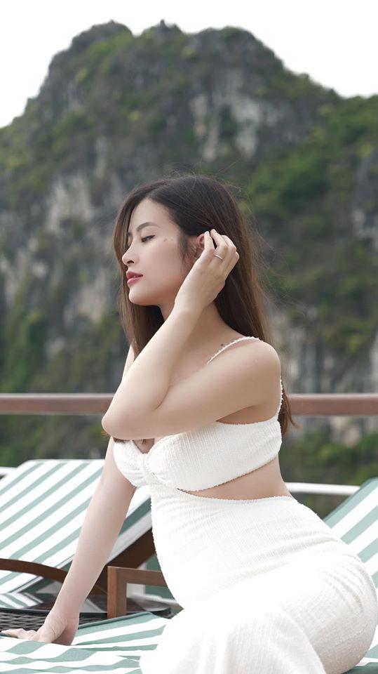 Đông Nhi quyến rũ khoe bụng lớn rõ ở tháng thứ 5 trong bộ ảnh du lịch gia đình: Phong độ nhan sắc vẫn quá đỉnh! - ảnh 1
