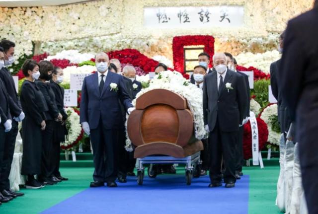 Hé lộ chi phí đám tang siêu xa xỉ trùm sòng bạc Macau: Tổng 210 tỷ, quan tài gỗ quý cả chục tỷ, hoa trang trí quá cầu kỳ - Ảnh 3.