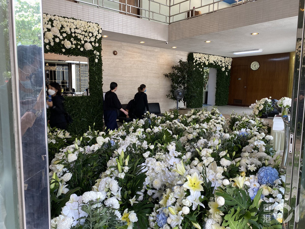 Hé lộ chi phí đám tang siêu xa xỉ trùm sòng bạc Macau: Tổng 210 tỷ, quan tài gỗ quý cả chục tỷ, hoa trang trí quá cầu kỳ - Ảnh 6.