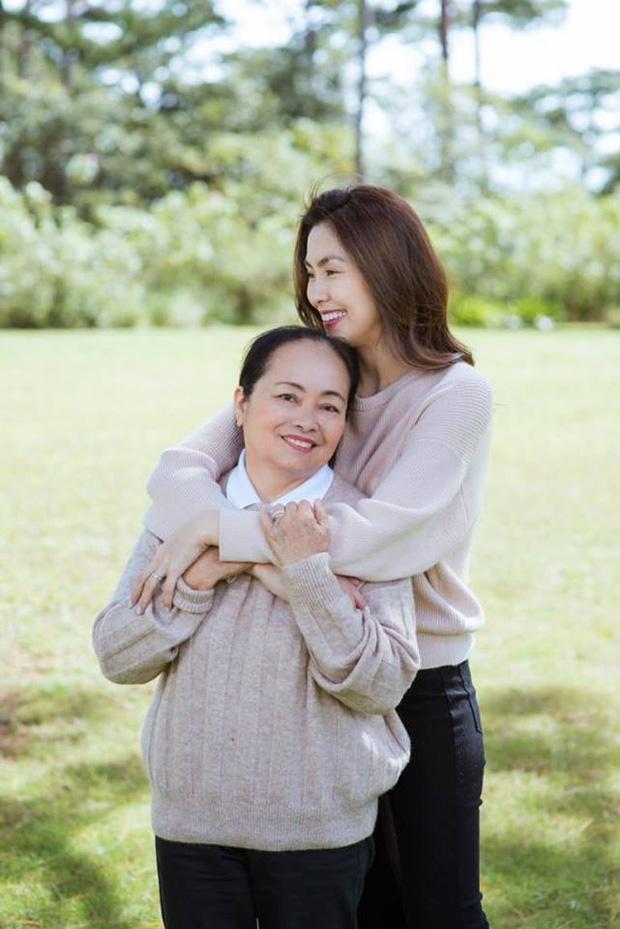 Hà Tăng khoe khoảnh khắc hiếm bên gia đình: Nàng ngọc nữ đẹp miễn bàn, mẹ ruột và chị gái đơn giản mà sang - ảnh 2