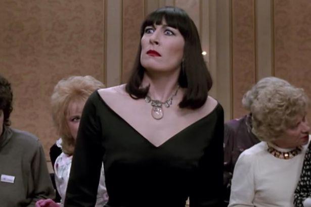 Mỹ nhân khét tiếng Anne Hathaway lột xác thành phù thuỷ tạo hình cực kinh dị - ảnh 3