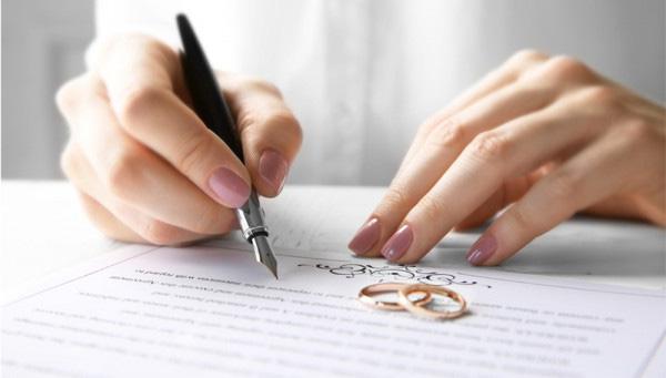 Vì sao phải ghi tên người dự định cưới trong giấy xác nhận độc thân để kết hôn? - ảnh 1