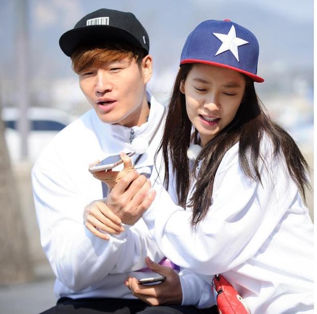 Xoắn xuýt khoảnh khắc Kim Jong Kook bất ngờ gọi Song Ji Hyo là vợ yêu, đến cả đồng đội cũng phải bất ngờ - ảnh 1