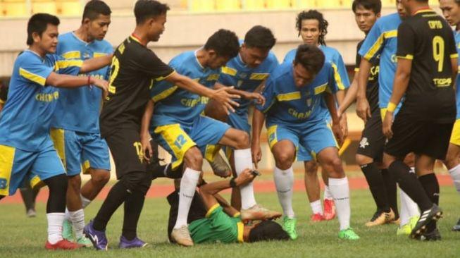 Cầu thủ Indonesia đánh hội đồng trọng tài gây sốc, nạn nhân bàng hoàng kể lại: Họ đá cho tôi ngã xuống rồi giẫm rách cả mặt - ảnh 1