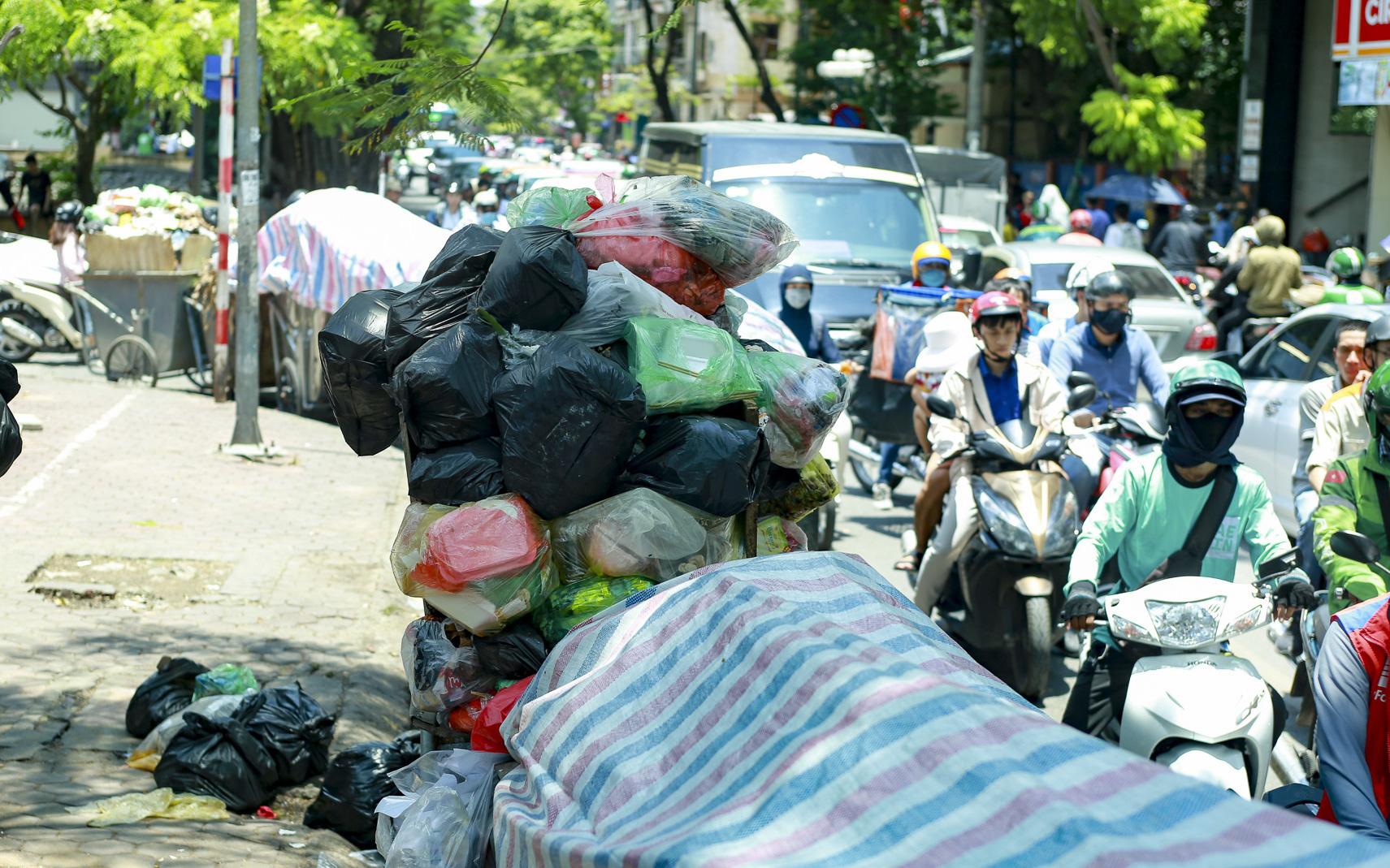 Hà Nội: Rác thải ùn ứ do người dân chặn xe vào bãi rác Nam Sơn