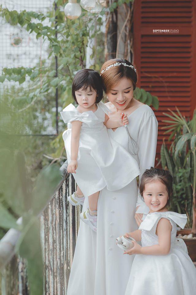 Vợ cũ Hoài Lâm khoe nhan sắc ấn tượng bên 2 con gái cưng, quyết bảo vệ nhóc tỳ trước sóng gió hậu tan vỡ - ảnh 1
