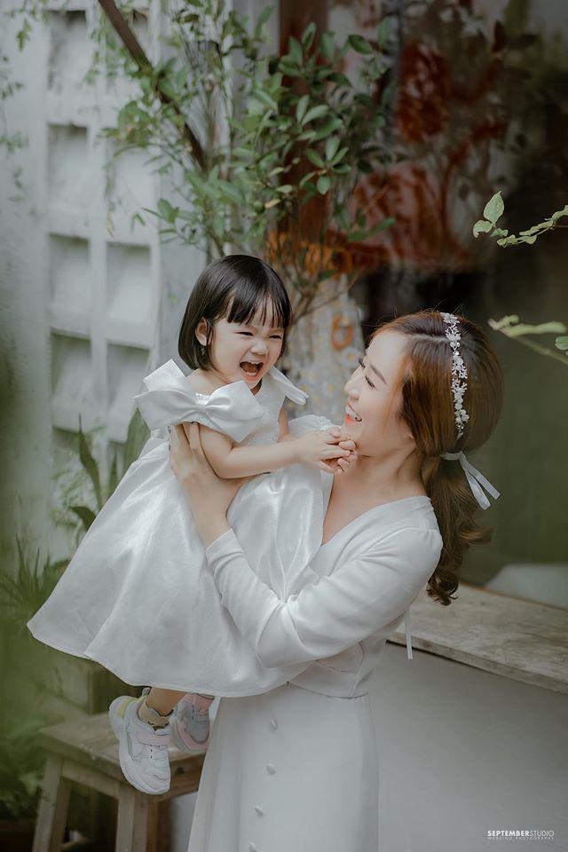 Vợ cũ Hoài Lâm khoe nhan sắc ấn tượng bên 2 con gái cưng, quyết bảo vệ nhóc tỳ trước sóng gió hậu tan vỡ - ảnh 3