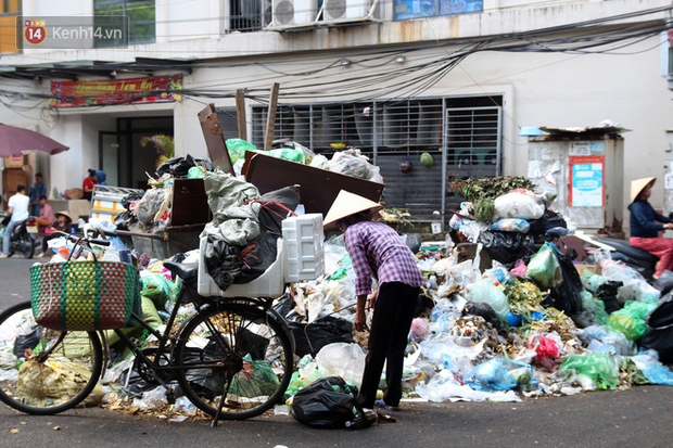 Hà Nội chỉ đạo khẩn vụ người dân chặn xe rác: Phân luồng rác tạm thời trong thời gian xảy ra sự cố - ảnh 1
