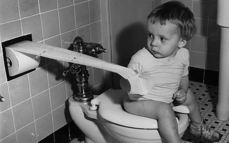 """Góc suy ngẫm: trước khi giấy vệ sinh ra đời, nhân loại đã phải dùng gì sau khi """"giải quyết""""?"""