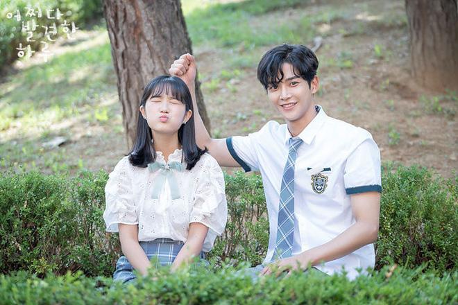 Siêu nam thần Hwang Min Hyun lộ ảnh hậu trường phim thanh xuân, quá khứ nợ chị em một cậu bạn điển trai như này này! - ảnh 7