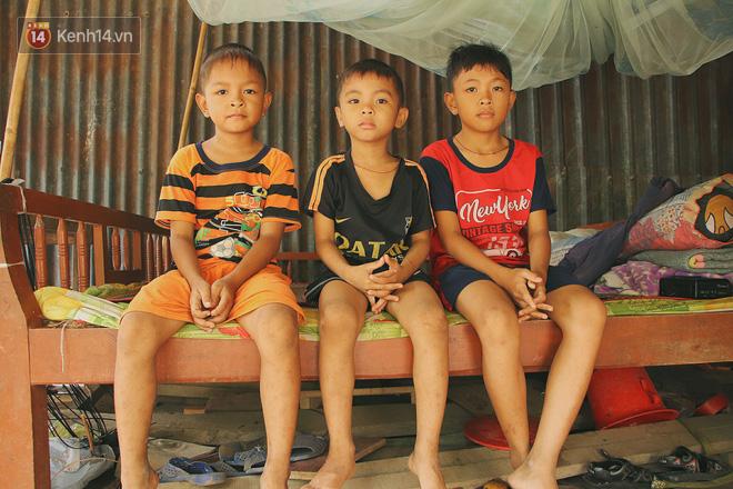 Xót cảnh 4 đứa trẻ mồ côi cha, không có tiền phải mang dép đứt quai, chắp vá đến trường sống cạnh bà nội già yếu - ảnh 1