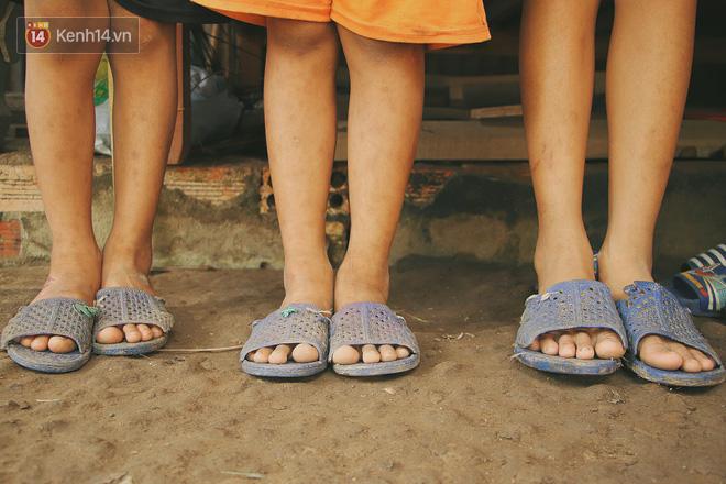 Xót cảnh 4 đứa trẻ mồ côi cha, không có tiền phải mang dép đứt quai, chắp vá đến trường sống cạnh bà nội già yếu - ảnh 20