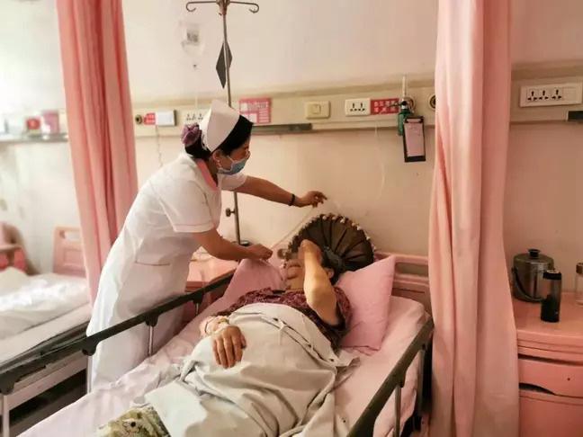 Mắc kẹt trong thang máy 4 ngày, mẹ và con gái phải uống nước tiểu của nhau để sống sót - Ảnh 2.