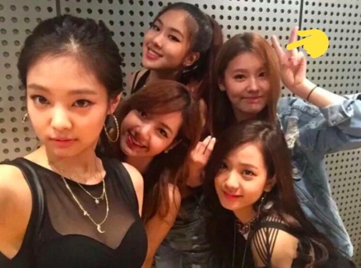 Netizen đồn đoán lý do thực sự khiến Miyeon ((G)I-DLE) không thể debut cùng BLACKPINK: Một nhóm không thể tồn tại đến 2 nữ hoàng nhan sắc? - Ảnh 1.