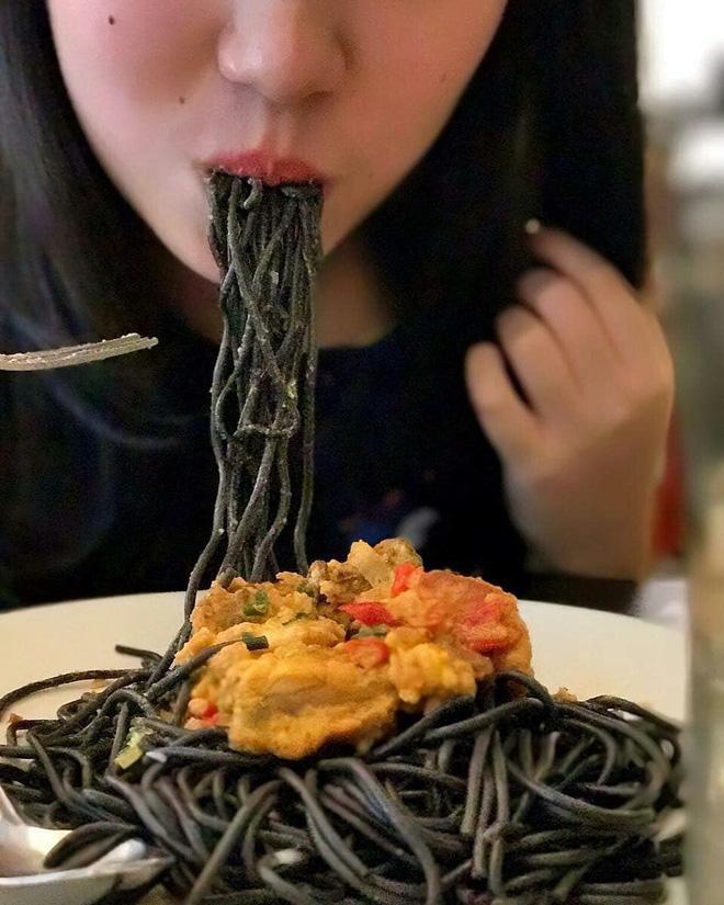 Nếu bạn là fan cuồng màu đen thì đừng bỏ lỡ 7 món ăn gây sốt vì vẻ ngoài bóng đêm nhưng bên trong lại cực ngon - Ảnh 3.