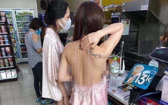 """Cô gái mặc áo 2 dây để lộ toàn bộ lưng trần cùng vòng 1 hớ hênh khi mua đồ ở cửa hàng tiện lợi khiến nhiều người """"nóng mắt"""""""