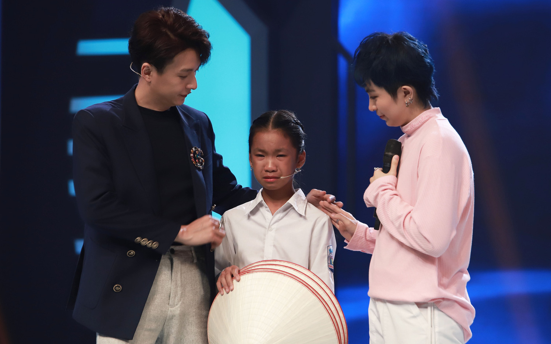 Trấn Thành, Hari Won, Ngô Kiến Huy tài trợ học bổng cho cô bé bị cha ruồng bỏ, mưu sinh với mẹ và bà bị bệnh nặng