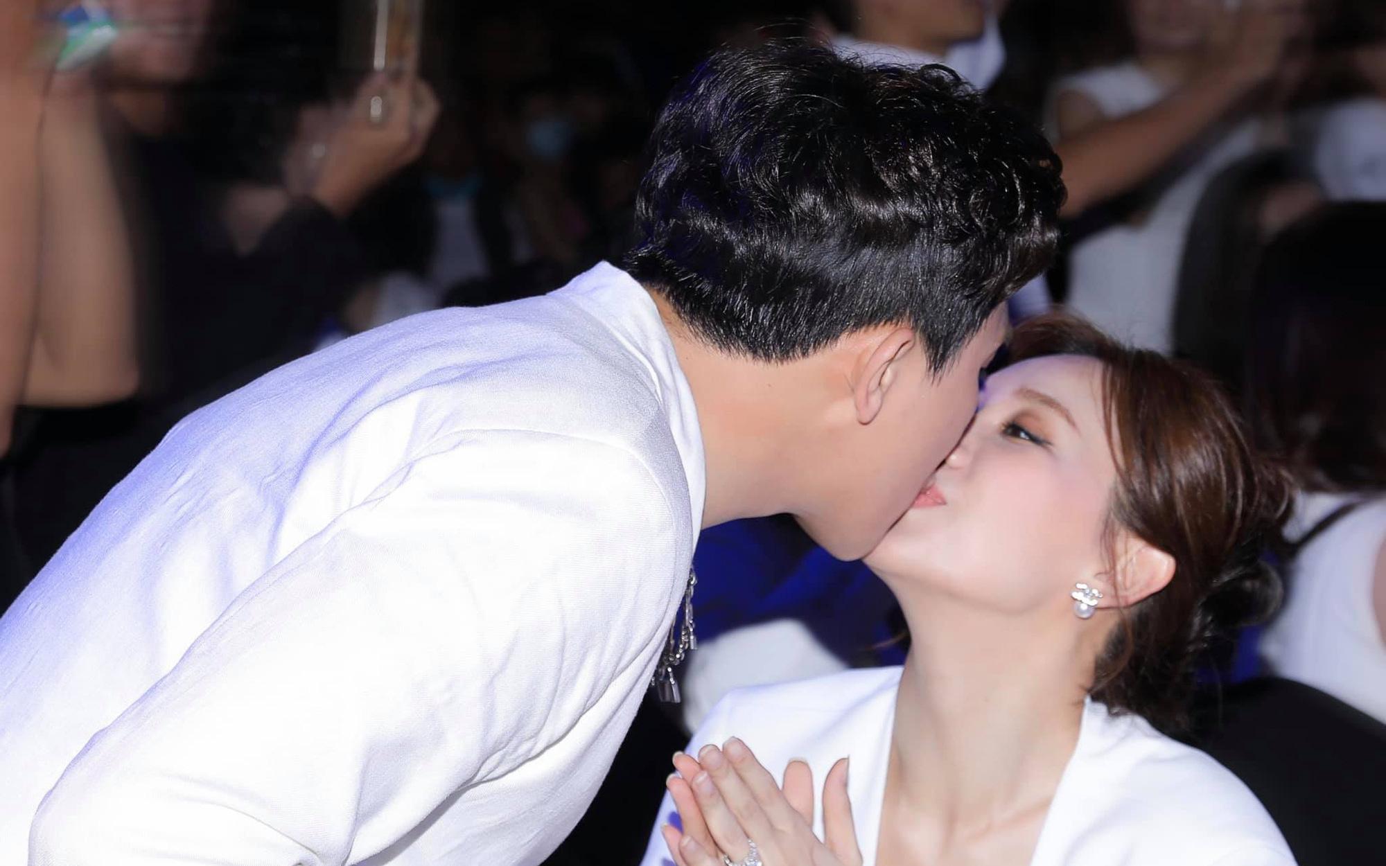 Cách Trấn Thành ''đáp trả'' tranh cãi thể hiện tình cảm: Không ngại hôn môi Hari Won đầy ngọt ngào giữa sự kiện