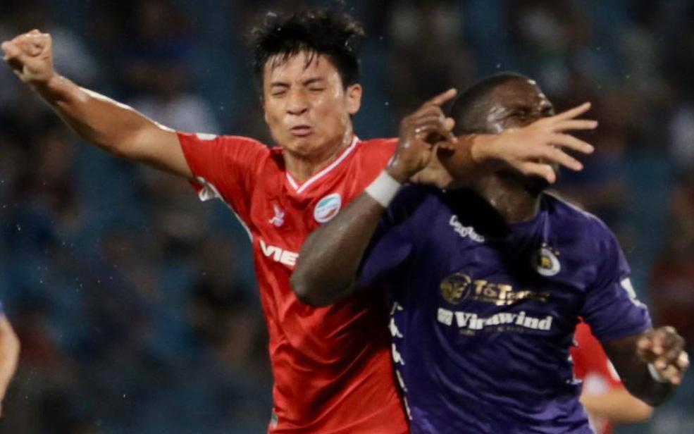 Bùi Tiến Dũng chơi tiểu xảo, suýt dính nguyên đòn trả đũa bằng cùi chỏ từ ngoại binh Hà Nội FC