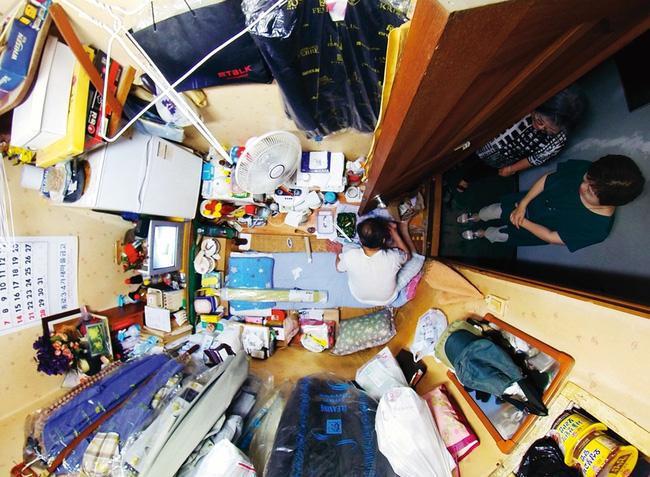 Nỗi ám ảnh cái nóng mùa hè trong những căn phòng chật hẹp khu ổ chuột Hàn Quốc, nơi người già bất lực còn người trẻ thì ôm mộng đổi đời - ảnh 1