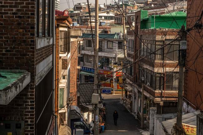 Nỗi ám ảnh cái nóng mùa hè trong những căn phòng chật hẹp khu ổ chuột Hàn Quốc, nơi người già bất lực còn người trẻ thì ôm mộng đổi đời - ảnh 4