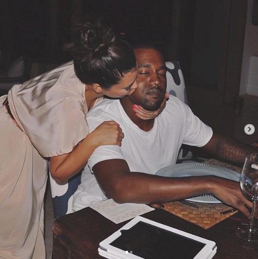 Ứng cử viên Tổng thống Mỹ Kanye West: Con rể đế chế Kardashian, thiên tài thị phi gây thù với Taylor Swift và cả showbiz - ảnh 2