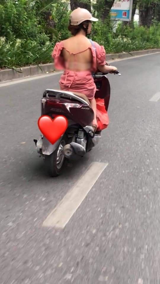 Cô gái mặc váy hớ hênh, lộ toàn bộ lưng trần phản cảm khi chạy xe máy khiến nhiều người đỏ mặt quay đi - ảnh 1